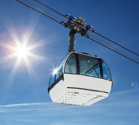 Spécialiste du thermoformage et des vitrages de sécurité en polycarbonate, Plastrance fabrique sur-mesure des vitrages de télécabines et de télésièges.